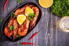 油煎的虾用柠檬和白葡萄酒 免版税库存图片