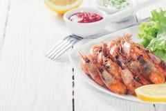 油煎的虾用柠檬&沙拉 库存图片