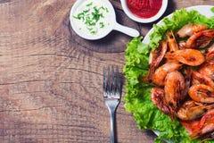 油煎的虾用柠檬&沙拉 免版税库存图片