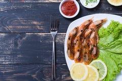 油煎的虾用柠檬&沙拉 免版税库存照片