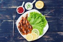 油煎的虾用柠檬&沙拉 免版税图库摄影