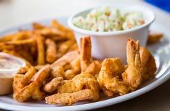 油煎的虾用油炸物和凉拌卷心菜 免版税库存照片