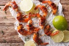 油煎的虾用烟肉,香料和石灰接近  水平 免版税库存照片