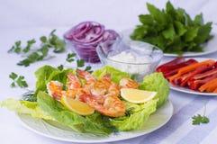 油煎的虾用莴苣和菜 免版税库存图片