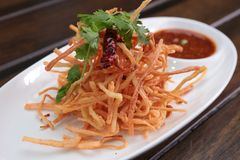 油煎的螃蟹棍子用甜辣味番茄酱 库存图片