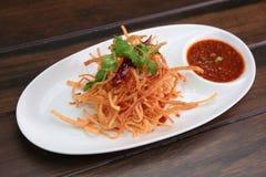 油煎的螃蟹棍子用甜辣味番茄酱 免版税库存图片