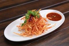油煎的螃蟹棍子用甜辣味番茄酱 库存照片