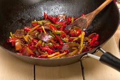 油煎的辣椒和菜在铁锅平底锅 库存图片