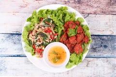 油煎的辣蓬蒿用剁碎的猪肉和用咖喱粉烹调的鱼糕 图库摄影