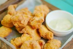 油煎的酥脆鸡块用调味汁 免版税库存照片