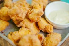 油煎的酥脆鸡块用调味汁 库存图片
