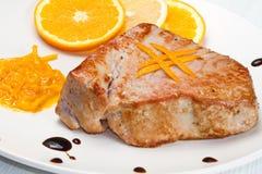 油煎的金枪鱼内圆角用新鲜的橙色调味汁 免版税库存照片