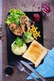 油煎的金枪鱼用米和酱油与绿色在一块典雅的板材 免版税库存照片