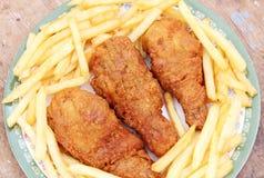 油煎的金黄鸡腿用炸薯条 图库摄影