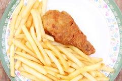 油煎的金黄鸡腿用炸薯条 库存图片