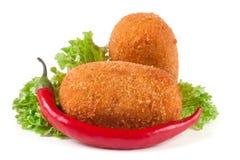 油煎的面包炸肉排用在白色背景隔绝的莴苣 免版税库存图片