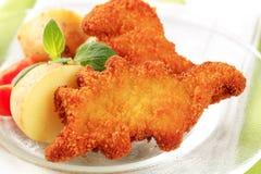 油煎的面包鱼用土豆 免版税库存照片