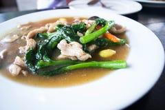 油煎的面条小汤用猪肉和菜 库存照片