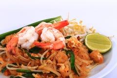 油煎的面条泰国样式用大虾,混乱油炸物面条用在padthai样式的虾在桌上 白色正面图的孤立,棕色ba 图库摄影