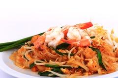 油煎的面条泰国样式用大虾,混乱油炸物面条用在padthai样式的虾在桌上 白色正面图的孤立,棕色ba 库存图片