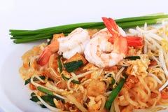 油煎的面条泰国样式用大虾,混乱油炸物面条用在padthai样式的虾在桌上 白色正面图的孤立,棕色ba 免版税图库摄影