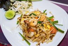 油煎的面条泰国样式用大虾 免版税库存照片
