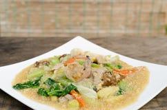 油煎的面条用在小汤的猪肉 免版税图库摄影