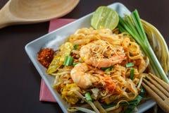 油煎的面条用虾可口泰国快餐 免版税图库摄影