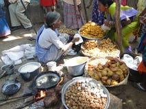 油煎的食物准备妇女 免版税库存图片
