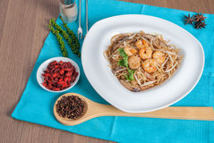 油煎的香港面条冠上与虾菜单 库存图片