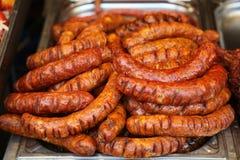 油煎的香肠在街道食物市场的待售 免版税库存图片