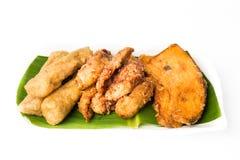 油煎的香蕉、油煎的白薯和鱼矿块盛肉盘  免版税库存照片