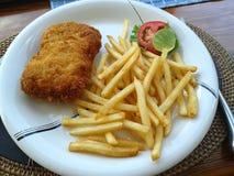 油煎的鱼和法语油煎了用蕃茄柠檬 免版税库存照片