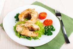 油煎的鱼和菜 免版税库存图片