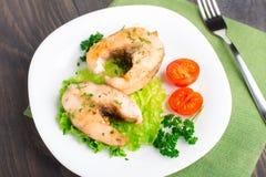 油煎的鱼和菜 免版税库存照片