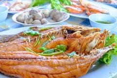油煎的鱼在板材服务安置用其他食物 免版税库存图片