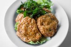 油煎的鱼小馅饼,泰国食物由鱼做成 免版税库存图片