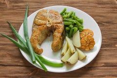 油煎的鱼用土豆和芦笋 免版税库存照片