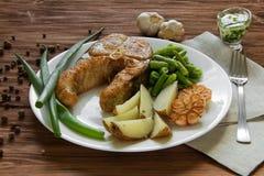 油煎的鱼用土豆和芦笋 库存照片
