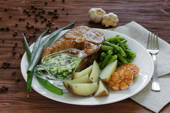 油煎的鱼用土豆和芦笋 免版税图库摄影