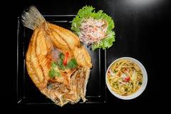 油煎的鱼用新鲜的草本和甜辣调味汁 库存图片