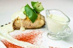 油煎的鱼用草本,调味汁, o可口ai开胃片断  免版税图库摄影