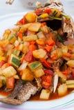 油煎的鱼用酸和甜调味汁。 库存照片