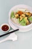 油煎的鱼米线汤 库存图片