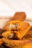 油煎的鱼肉在木板条桌上的板材黏附 免版税库存照片