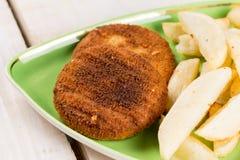 油煎的鱼肉汉堡服务用在板材的炸薯条 库存照片