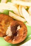 油煎的鱼肉汉堡服务用在板材的炸薯条 免版税图库摄影