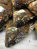 油煎的鱼,罗非鱼在市场上油煎了鱼 库存图片