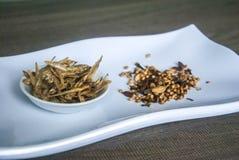 油煎的鲥鱼用在陶瓷白色板材的混合香料在木背景 免版税库存照片