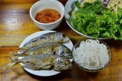 油煎的鲭鱼服务与新鲜蔬菜和辣调味汁 库存图片